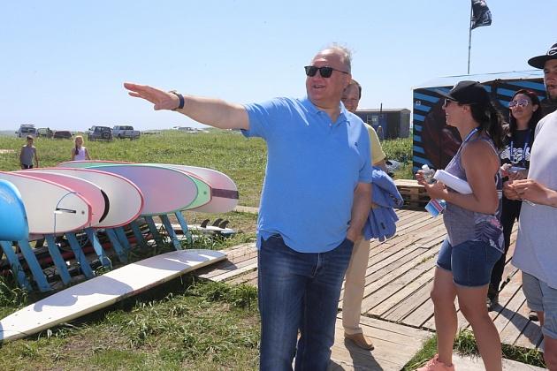 Владимир Илюхин посетил развлекательные площадки, организованные на берегу Тихого океана