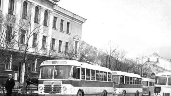 Улица Ленинская, дом 69, Петропавловск-Камчатский. На заднем плане Драмтеатр