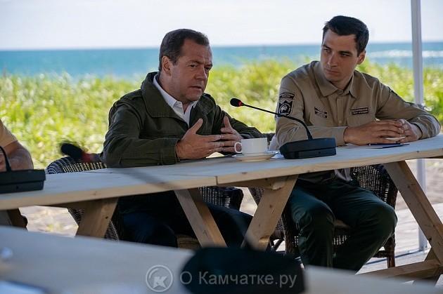 Дмитрий Медведев на берегу Тихого океана провёл рабочую встречу с сотрудниками Кроноцкого заповедника