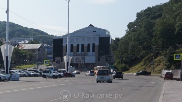 В центре краевой столицы начаты работы по устройству наплавного пешеходного перехода от парковки у памятника Ленину к площадке перед стелой Город воинской славы