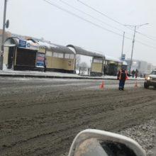 На дорогах краевой столицы работает снегоуборочная техника, бригады ручного труда очищают остановочные павильоны, тротуары и пешеходные дорожки