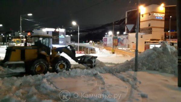 Всю ночь дорожные службы Петропавловска-Камчатского устраняли последствия циклона