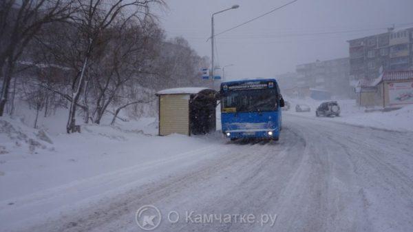 Петропавловск-Камчатский продолжает находиться в зоне действия циклона – снег, ветер и плохая видимость осложняют обстановку на дорогах