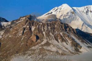 В кратаре вулкана Шевелуч на Камчатке вырос «обелиск»