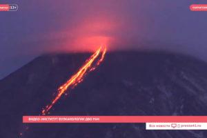 Извержение вулкана Ключевская сопка усиливается (видео)
