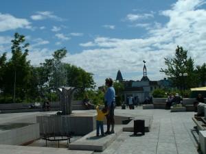 На площади возле фонтана в районе ЦУМа